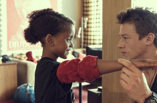 Lara (Nomie Lane Tucker, rechts) möchte als Adolf Hitler verkleidet zum Kostümtag in die Schule gehen. Foto:  ZDF