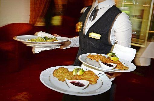 Kommt das Schnitzel erst nach Stunden und dann auch noch kalt und ohne Salat? Restaurantgäste dürfen sich wehren. Foto: dpa