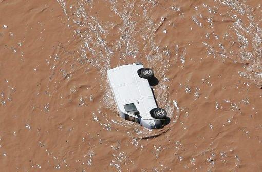 Flut stürzt wie ein Tsunami heran