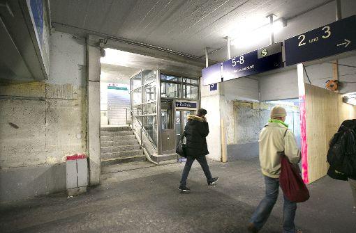 Eine Holzwand teilt zur Zeit die Esslinger Bahnhofsunterführung. Foto: Horst Rudel