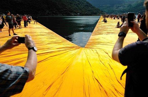 """""""Floating Piers"""" begeistern Tausende"""