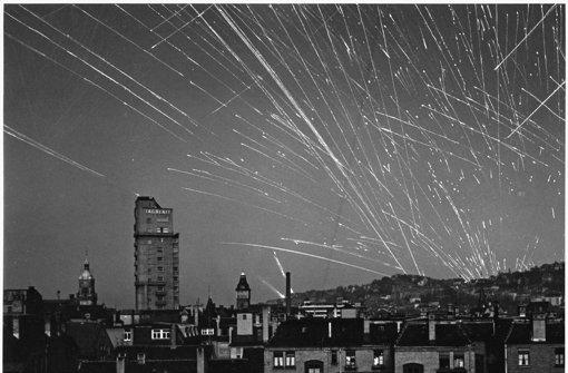Flakgeschütze feuern in den Himmel über Stuttgart – die Bomber ließen sich so aber nicht mehr aufhalten. Mehr Bilder aus der Bombennacht in unserer Bildergalerie. Foto: Stadtarchiv Stuttgart