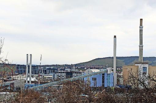 Die Schornsteine  des neuen Gasheizkraftwerks stehen
