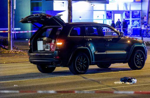 Mann wird angeschossen und stürzt aus Auto