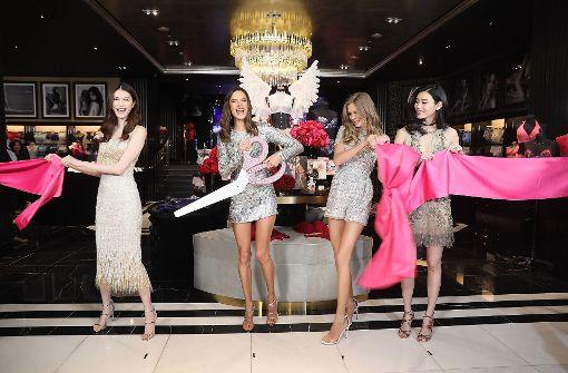 Die Engel He Sui, Alessandra Ambrosio, Josephine Skriver und Xi Mengyao (v.l.n.r.) schneiden zur Eröffnung gemeinsam eine pinke Schleife durch. Foto: Getty Images