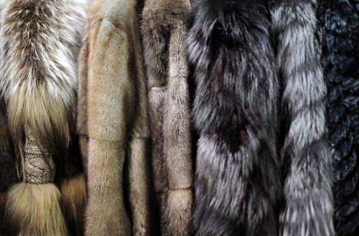 Ladendieb lässt teuren Pelzmantel verschwinden