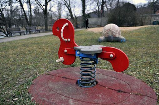 Mann onaniert auf Spielplatz
