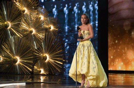 Alicia Vikander nimmt den Oscar als beste Nebendarstellerin entgegen. Foto: AMPAS/dpa