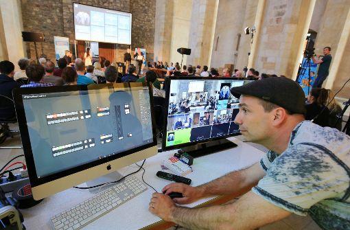 Lichtechniker Marcel Kuss führt Regie in der Wallonerkirche in Magdeburg beim Twittergottesdienst Foto: dpa-Zentralbild