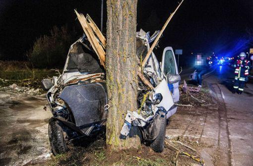 Ein 18-jähriger Autofahrer war mit seinem Wagen frontal vor einen Baum gefahren.  Foto: SDMG