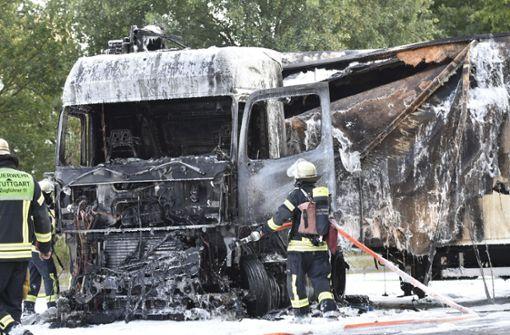 Lkw brennt nach Unfall komplett aus