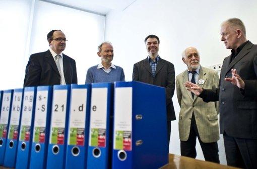 Ende März 2015 hatte OB Fritz Kuhn (rechts) Unterschriften des Bürgerbegehrens gegen Stuttgart 21 angenommen. Foto: Lichtgut/Max Kovalenko