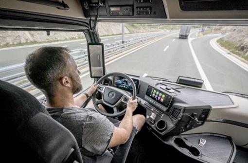 Zwei Displays im Fahrerhaus, jeweils am linken und rechten Rand der Windschutzscheibe, ersetzen beim Actros erstmals die großen Außenspiegel. Die Bilder liefern Kameras.  Foto: Daimler