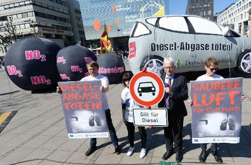 Umweltschützer fordern generelle Fahrverbote für Dieselautos – doch Politik und Industrie ringen um Wege, die Luft auch durch die Nachrüstung älterer Modelle sauberer zu machen. Foto: dpa
