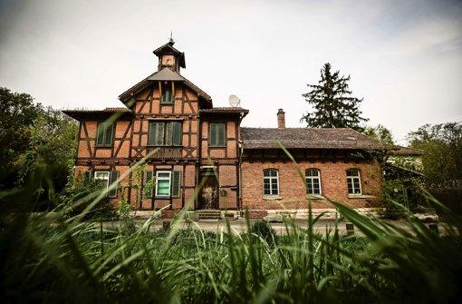 Die grünen Klappläden sind dicht: Das Garnisonsschützenhaus steht seit fünf Jahren leer. Foto: Leif Piechowski