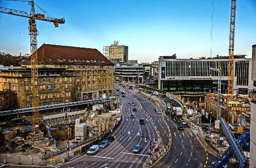 Auf der Heilbronner Straße stadteinwärts wird ab der Jägerstraße die Zahl der Fahrspuren reduziert. Das soll der Bahn helfen, S21 schneller fertig zu stellen. Foto: Lichtgut/Leif Piechowski