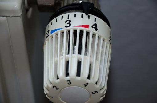strongHeizkosten sparen heißt, die richtige Temperatur wählen: /strongGenerell gilt, je weniger der Raum geheizt wird, desto mehr Energie wird eingespart. Jede eingesparte Heizeinheit macht sich im Geldbeutel bemerkbar. Wer günstig heizen will, sollte statt 25 Grad besser 20 Grad einstellen und auf vielen Thermostaten die mittlere Stufe wählen. Unser Körper passt sich an die Raumtemperaturen an, und wir frieren nach einer Eingewöhnungszeit meistens weniger als bei höheren Temperaturen.  Foto: Pixabay