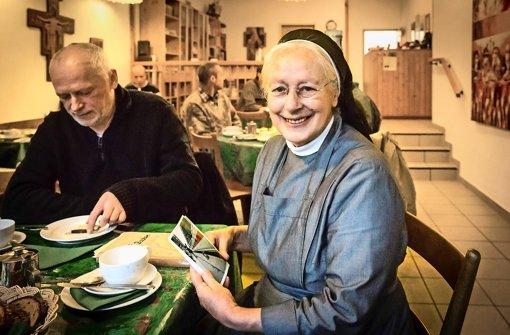 Schwester Margret leistet einem Gast in der Franziskusstube Gesellschaft Foto: Achim Zweygarth