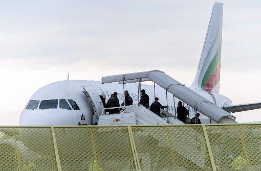 Abgelehnte Asylbewerber steigen am Baden-Airport in ein Flugzeug Foto: dpa