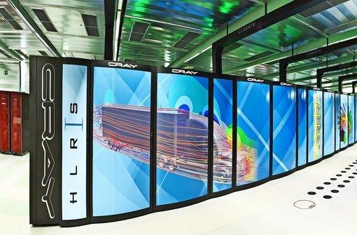 Ein halbes Dutzend Techniker  des amerikanisches    Herstellers Cray baute den 41  Schränke großen Supercomputer im Sommer auf. Foto: Boris Lehner, HLRS
