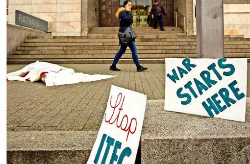 Mit Plakaten und Spruchbändern gegen die Waffentechnikschau Foto: Lichtgut/Piechowski