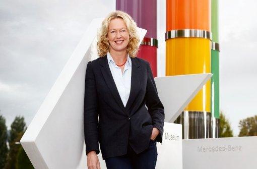 Renate Wiehager vor den Farbsäulen von Max Bill vor dem Mercedes-Benz-Museums Foto: Altmann