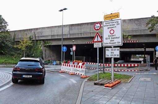 Noch hängt das alte Schild: Der Durchlass ist nicht bis zum 9., sondern voraussichtlich bis zum 30. September Foto: Zeyer