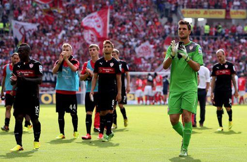 Auch nicht sehr erfolgreich: die Saison 2013/14. Die Roten starteten mit drei Niederlagen. Nach der Auftaktniederlage, ebenfalls gegen Mainz, klatschte der damalige Torwart Sven Ulreich noch ermutigend. Am Ende stand Tabellenplatz 15. Es wird aber besser, versprochen. Foto: Pressefoto Baumann