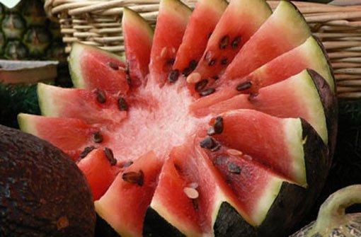 Wer sich schwer tut, genügend zu trinken, kann auch zu Obst greifen. 96 Prozent Wasser, drei Prozent Kohlenhydrate: bWassermelonen/b sind ein idealer Flüssigkeitslieferant für heiße Tage im Büro. Auch Erdbeeren oder Gurken eignen sich als Wasserspender, die man gut mit ins Büro nehmen kann. Foto: Müth