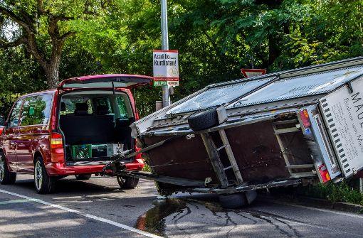 Lkw-Anhänger in Kurve umgekippt