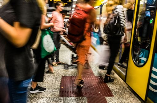 Busse und Bahnen sind in diesem Jahr stark frequentiert. Auf unserem Bild drängen Fahrgäste in die Stadtbahn in Stuttgart. Foto: Lichtgut/Max Kovalenko
