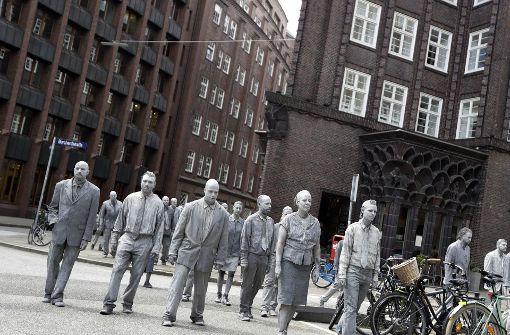 Die Performance zog schweigend durch die Straßen Hamburgs. Foto: AP
