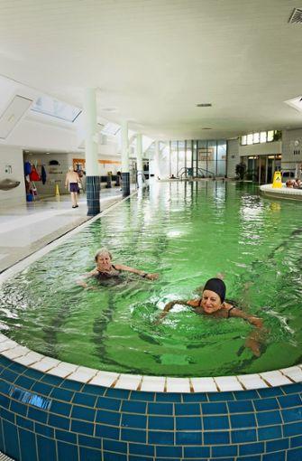 Mineralbad Cannstatt: Eigentlich eine Zumutung, so ein kaltes Wasser. Doch nach einer Minute Schwimmen weicht die Furcht vor der Kälte einem entspannteren Gefühl. Die Kohlensäure im Wasser brizzelt angenehm auf der Haut. Und nach zehn Minuten ist die Welt eine andere: Die zuvor unerträgliche Schwüle ist ein laues Lüftchen, der  Kreislauf ist  gut stimuliert. Zehn Minuten Schwimmen im 18-Grad-Becken – das kann herrlich erfrischend sein. (dl)   Foto: Lichtgut/Max Kovalenko