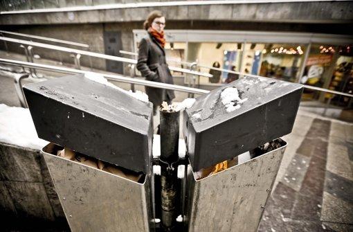 Zwei Papierkörbe am Freitag in der Schulstraße: Noch geht ein bisschen was, doch an Samstagen mit vielen Passanten und schönem Wetter sind die Mülleimer oft überlastet. Foto: Leif Piechowski