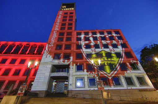 Rathaus erstrahlt eine Nacht in Weiß-Rot