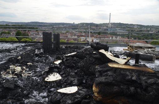 Hochhausdach nach Brand total verkohlt