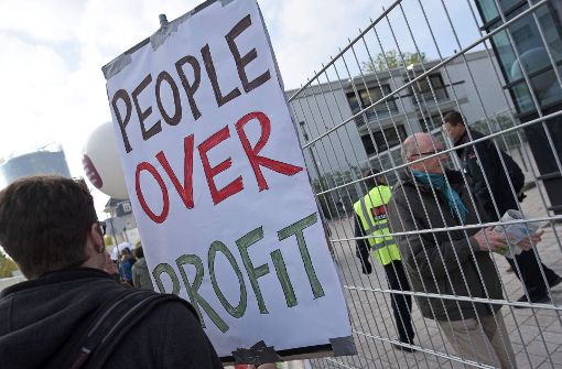 In Bonn protestieren Demonstranten gegen die geplante Übernahme des Saatgutriesen Monsanto durch Bayer. Foto: dpa