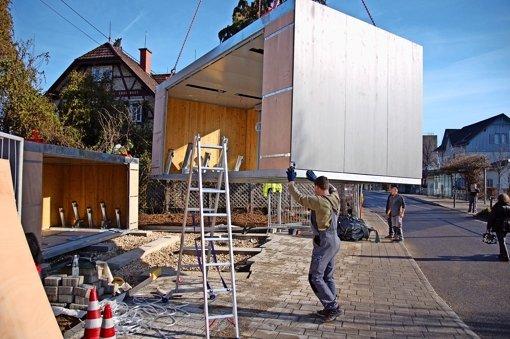 Rangierarbeit: Die  Container-Module für die neue Pedelec-Station an der Filderbahnstraße werden aufgestellt. Foto: Sascha Schmierer
