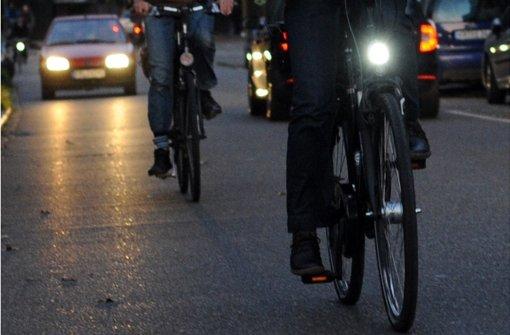 In Esslingen und in Magstadt werden zwei Radfahrer schwer verletzt, weil sie von Autos erfasst worden sind. (Symbolbild) Foto: dpa/Symbolbild