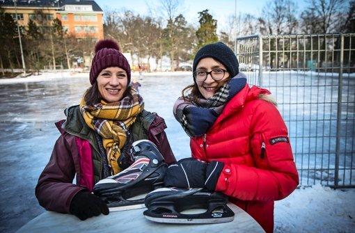 Sandra Fink (li.) und Isabella Schlumpberger organisieren mit dem Kräherwaldverein das Schlittschuhlaufen auf der Natureisbahn an der Doggenburg. Foto: Lichtgut/Achim Zweygarth