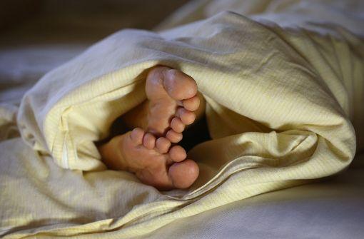 """Freitag, der 13. – besser krankmelden? Wer Angst vor Freitag, dem 13. hat, leidet womöglich an Paraskavedekatriaphobie. Abgeleitet wird sie von den griechischen Begriffen """"paraskeue"""" (Freitag), """"dekatria"""" (dreizehn) und """"phobos"""" (Angst). Manch einer wird aber auch einfach frei übersetzen: """"Besser im Bett bleiben"""". Foto: dpa"""