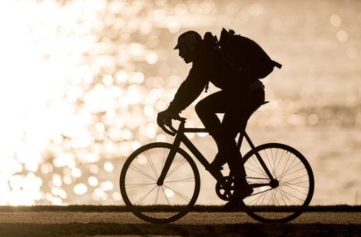 Unbekannte ziehen 18-Jährigen vom Rad und nehmen es mit