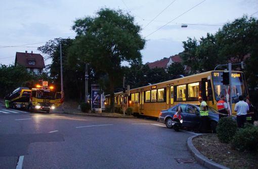 Stadtbahn beim Abbiegen übersehen