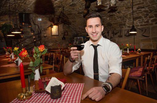 Im Weinkeller Einhorn etwa sitzt man in uralten Räumen und kann sich von Juniorwirt Moritz Weiß (Foto) Deftiges servieren lassen. Foto: Ines Rudel