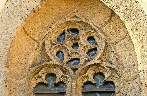 Eines der  Maßwerkfenster aus Sandstein, das  mit in die Außensanierung der Petruskirche einbezogen werden soll. Foto: factum/Granville