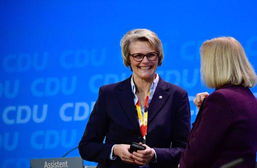 Anja Karliczek im Gespräch mit ihrer künftigen Vorgängerin Johanna Wanka – auf dem CDU-Parteitag am Montag vergangener Woche. Foto: AFP
