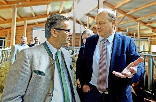 Minister Peter Hauk und Bauernverbandspräsident Joachim Rukwied bei einer Hofbesichtigung Foto: dpa