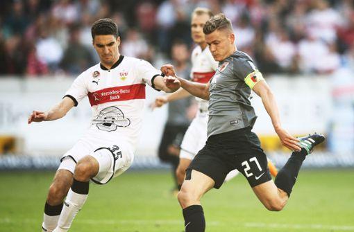 Marcin Kaminski (links) fährt nicht zur WM. Augsburgs Finnbogason dagegen schon. Foto: Bongarts