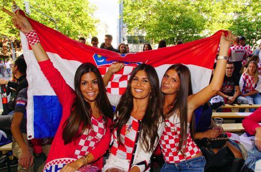 So schön kann die Fußball-WM in Stuttgart sein: Diese weiblichen kroatischen Fans waren Stammgäste auf der Theodor-Heuss-Straße. Foto: dpa