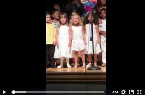 Kleines Mädchen singt Disney-Lied voller Emotionen